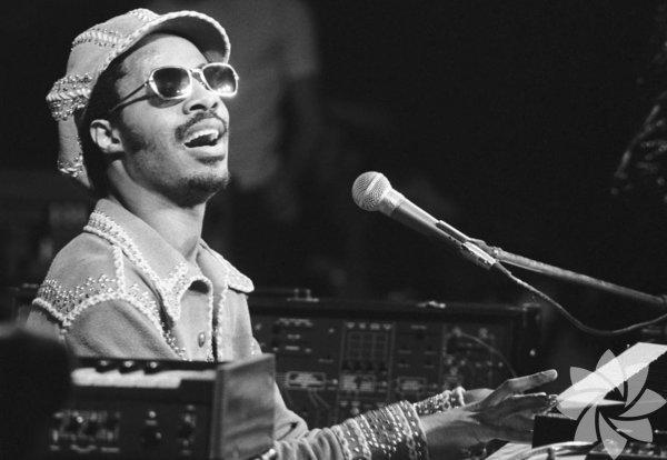 Stevie Wonder Stevie Wonder, 1950 yılında 34 haftalıkken doğdu. 22 Grammy ödüllü şarkıcı, erken doğum sebebiyle oluşan komplikasyonlar sonucunda görme engelli olarak dünyaya geldi.