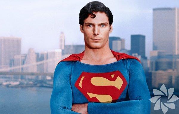 Christopher Reeve - Superman Geniş omuzları, boyu posu ve çizgi romandaki karaktere fazlasıyla benzeyen yüz hatlarıyla tam bir Superman'di... Annesi onu sanki Superman'i oynamak için doğurmuştu. Sakin, serinkanlı, sevecen ve güven verici tarzıyla bir süper kahramandan beklediğimiz her şeye sahipti. Clark Kent olduğunda ise utangaç, beceriksiz, temiz kalpli ve saf bir dünyalıya dönüşüyordu.