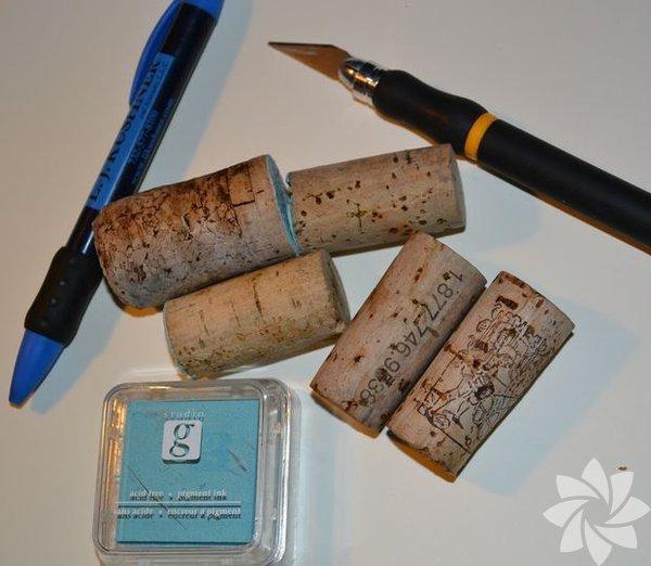1. adım: Baskıları yapmanız için ihtiyacınız olan malzemeler: Mantar tıpa Maket bıçağı gibi kesici bir alet Kalem Kaşe veya mürekkep