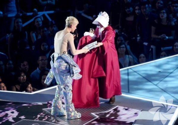 2017 Video Müzik Ödülleri töreninin sunuculuğunu Katy Perry yaptı.