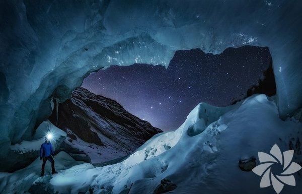 Nicholas Roemmelt - Danimarka İsviçre'nin Engadin Vadisi'ndeki mağaranın girişinde Büyük Ayı takım yıldızını izleyen maceracı.