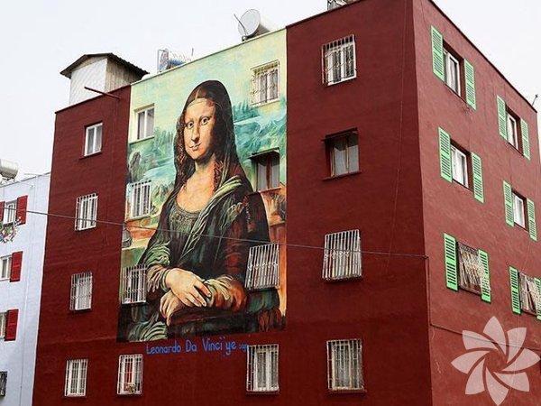 Mersin'de Toroslar Belediyesi tarafından başlatılan proje kapsamında Akbelen Bulvarı'ndaki binaların dış yüzeylerine ünlü ressamların eserlerini aktaran Nazife Bilgin Hazar, son olarak Leonardo da Vinci'nin 'Mona Lisa'' adlı eserini resmetti.