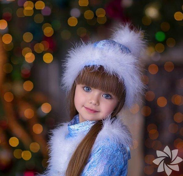 Oyuncak bebekleri andıranAnastasia Knyazeva, 2011 doğumlu çocuk model.