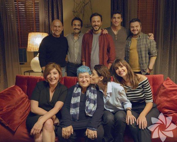 """Cebimdeki Yabancı Serra Yılmaz'ın yönetmenliğini üstlendiği, İtalyan yapımı """"Perfetti Sconosciuti""""nin yeniden çevrimi olan """"Cebimdeki Yabancı"""" izleyici ile buluşacak. Belçim Bilgin, Buğra Gülsoy, Çağlar Çorumlu, Leyla Lydia Tuğutlu, Serkan Altunorak, Şebnem Bozoklu ve Şükrü Özyıldız'ın rol aldığı film, yemek için bir araya gelen 7 yakın arkadaşın, başlattıkları bir oyun sonrası arapsaçına dönen ilişkilerini konu ediniyor. Senaryosunu Murat Dişli'nin kaleme aldığı gerilim ve komedi karışımı filmin yapımcılığını Ferzan Özpetek ve Necati Akpınar üstlendi."""
