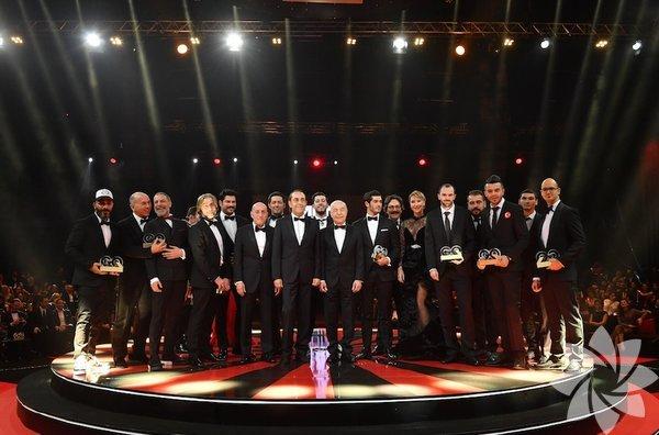 Yılın en prestijli ve şaşaalı törenlerinden biri olan GQ Men of the Year 2017 ödülleri dün gece Volkswagen Arena'da sahiplerini buldu. Yılın 'en'leri şıklık yarışına girdi. Beyler smokin tercih ederken hanımların tercihi genellikle kırmızı ve siyah elbiselerden yanaydı. İşte ödül töreninden kareler...