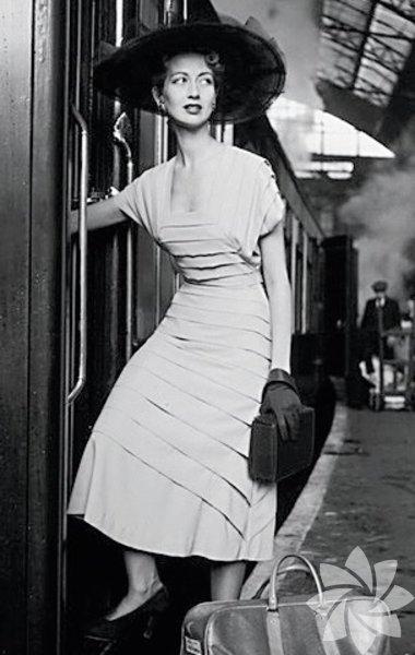 İpek ama daha ucuz  İpek maliyetli ve üretimi meşakkatliydi. Uzun araştırmalar sonucunda viskoz ipek yani yapay ipek 1910-1914 yılları arasında çıktı, 1920'lerde geliştirilerek daha çok kullanılmaya başlandı. Bütçeye uygun olduğundan kadınların gözdesi oldu. Astar, külot, çorap, gece ve özel gündüz kıyafetleri, kombinezon gibi dantelle işlenmiş parçalar moda oldu. 1950'lerde Mary Black imzalı suni ipek ve saten karışımı elbiseler bugünkü elyaf ve yapay ipek tasarımlarının önünü açtı.