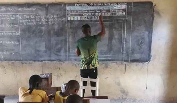 Bilgisayar kullanmayı kara tahtada öğretiyor!