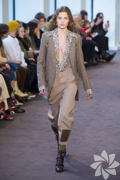 Ramsay-Levi henüz markanın yenisi olmasına rağmen eleştirmenlerden olumlu yorumlar aldı. Koleksiyonda bohem tarzda salaş ama dikkatle hazırlanmış kıyafetler dikkat çekti.