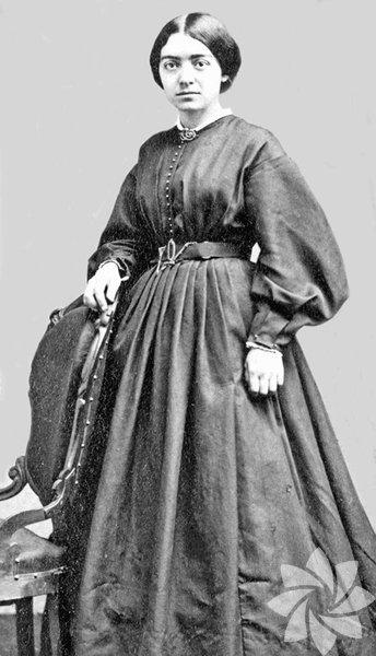 """Mary Putnam Jacobi (1842-1906) Fransa'daki Ecole de Medecine'e kabul edilen ilk kadın. Derslere başka kapıdan girmek, sadece profesörlerin yanında oturmak şartıyla... Bilim dünyasını etkileyen Harvard'lı Prof. Edwar Clarke """"Üniversite veya yüksek okul okuyan kadınlar çok çalışmaktan kısır oluyor""""deyip kadınların üniversite yolunu kapatıyordu. Jacobi, objektif ve inkâr edilemez bir araştırmayla bu tezi çürüttü ve kadınlara cesaret verdi."""