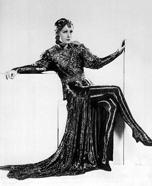 Mata Hari - Greta Garbo  Mata Hari 1931  Sahne adı Mata Hari olan Hollandalı dansçı Margaretha Zelie (1876-1917), I. Dünya Savaşı sırasında Almanlar hesabına casusluk yaptığı iddiasıyla Fransa'da kurşuna dizilmişti. Efsane casusu filmde dönemin sinema efsanesi Greta Garbo canlandırdı. Garbo, sinemanın ilk kadın casuslarından biri olarak filmde nefesleri kesmişti... Gösterime girdikten sonra sansürün hışmına uğrayacak erotik sahneleriyle dikkat çeken film, gişelerde de başarılı oldu.
