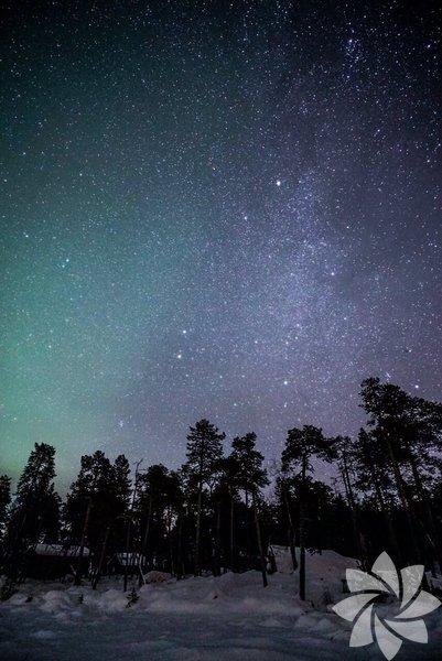 Finlandiya'nın Lapland bölgesinde kış ve kuzey ışıkları
