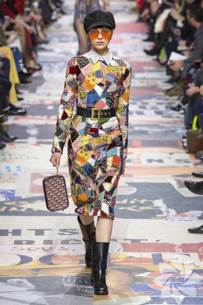 Christian Dior - Sonbahar 2018 60'ların getirdiği ilk trend 40'lı ve 50'li yılların tekdüzeliğine darbe vuran desenlerdi. Dior son koleksiyonunda birçok farklı deseni görebileceğimiz 'patchwork' akımının uygulandığı elbisesiyle karşımıza çıkıyor.