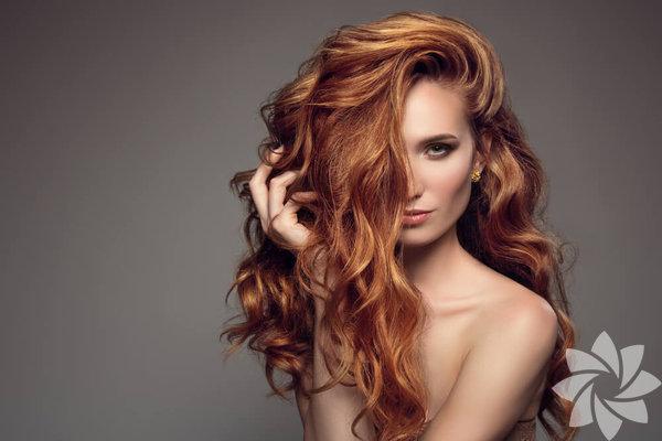 Derin saç ayrımı: Saçlarınız çok sönükse saçınızı derin bir şekilde yandan ayırarak hacim verebilir ve böylece özenilmemiş gibi görünen cool ve harika saçlara sahip olabilirsiniz. Saçınızı, kaşınızın dirseği hizasından dağınık bir şekilde ayırın ve arkasına hafifçe krepe yapın.