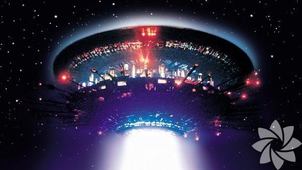 """1- Üçüncü Türden – Yakınlaşmalar (Close Encounters of the Third Kind) - 1977 Bilimkurgu sinemasının mihenk taşlarından... Spielberg, """"kötü niyetli, istilacı uzaylılar"""" fikrini bir yana bırakarak """"uzaylılarla insanlar arasındaki iletişim"""" fikrinden yola çıkar yeni bir bakış açısı getirir. Bilim insanları iletişim için müziği kullanırken, uzaylılarla telepatik bağ kuran insanların öykülerini de izleriz. Dışarıdan bakıldığında saplantılı gibi görünseler de amaçlarına ilerlerler."""