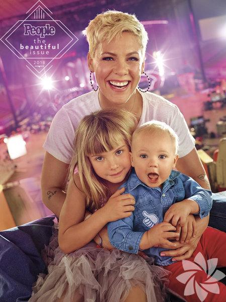 Amerikalı şarkıcı, derginin 'En Güzel Sayısı'na iki çocuğuyla kapak oldu.