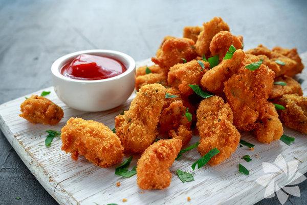 Tavuk nugget İçeriğinde bulunan digliserid, gıda boyası karajenan nedeniyle sağlıksız bulunuyor.