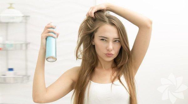 Saç dökülmesi genetik nedenlere bağlı olduğu gibi genetik olmayan nedenlerle de meydana gelebilir. Hormonal değişimler, tiroide bağlı hastalıklar, demir eksikliği, dengesiz beslenme, stres ve kullanılan kozmtik ürünler gibi farklı sebepler de saç dökülmesine sebep olabilir. Günde 100 telden fazla saçınız dökülüyorsa saç dökülme problemine sahipsiniz demektir. Saç dökülmesine karşı savaşabilmeniz için size 11 uygulama önerdik.