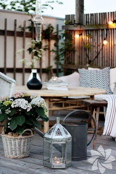 Bahçe ve teras dekorasyonunda çiçek kullanımı Bahçe ve teraslarınıza doğal bir görünüm katmak için çiçeklere yer açın.