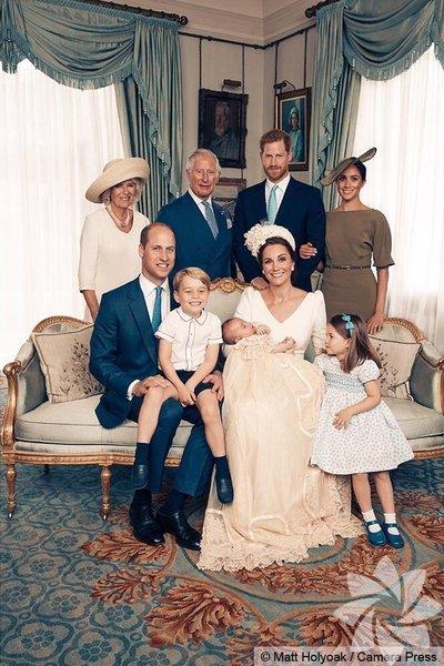 Kensington Sarayı, kraliyet ailesinin en küçük prensi Louis'in geçen pazartesi yapılan vaftiz töreninden özel aile fotoğraflarını paylaştı.