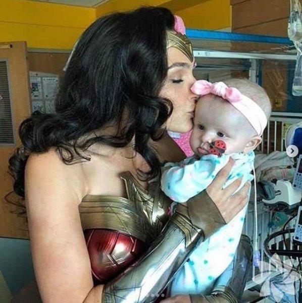 Gal Gadot Wonder Women olarak çocukları ziyaret etti