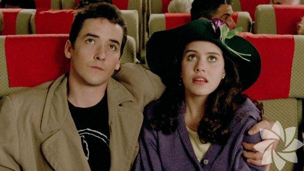 Say Anything (1989) Tür: Komedi/Dram Yönetmen: Cameron Crowe Konu:Film, Entertainment Weekly tarafından en iyi modern aşk filmi olarak adlandırıldı. Say Anything ayrıca tüm zamanların en olumlu eleştiriler almış 50 film arasında. Seattle, Washington'da geçen filmde esas karakteri bir öğrenci ve kickboksçu olan Lloyd Dobler (John Cusack), mezuniyet töreninde Diane Court (Ione Skye) ile tanışır. Ertesi gün kendisini arayıp çıkma teklif eder ve olaylar gelişir.