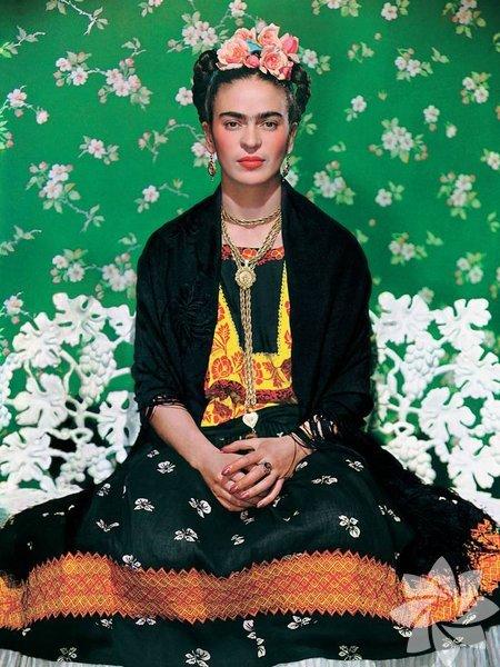Yaptığı resimlerin yanı sıra fikirleri ve güçlü duruşuyla da insanları kendine hayran bırakan Frida Kahlo'nun oldukça ilginç ve kendine has bir giyim tarzı var.