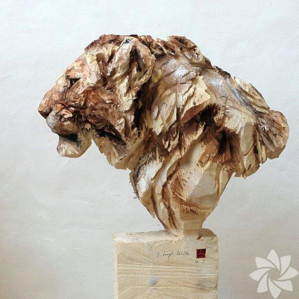 Yaratıcı sanatçı heykellerini testere ile tasarlıyor
