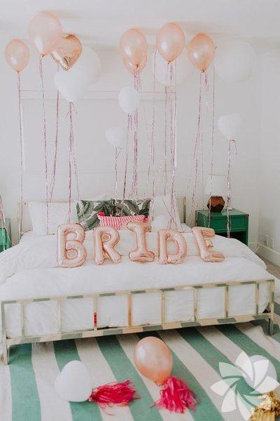 """Bekarlığa veda partisinin ilk adımı öncelikle mekanı ayarlamak olmalıdır. Bekarlığa veda partinizi, seçtiğiniz mekana ve konsepte göre süslemelisiniz. Bol bol renkli uçan balonlar, """"Bride"""" yazılı harf balonlar, tüller bu süslemelerin olmazsa olmazlarından..."""