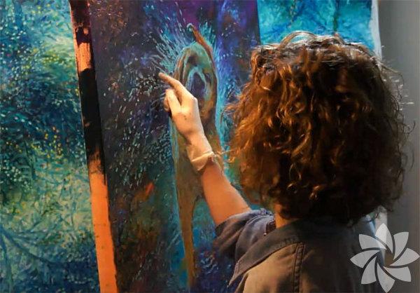 """Iris Scott kimdir? Iris Scott, 1984'te Seattle'de doğdu. Sanatçıya """"Gökkuşağının Yunan Tanrıçası"""" ünvanı verildi."""