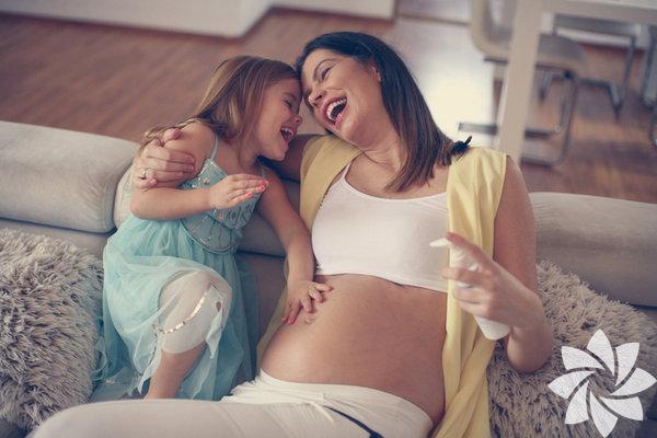 Kahkahanızı duymaktan Kendinizi mutlu hissettiğiniz zaman hormonlarınız harekete geçer ve bu da karnınızdaki bebeği olumlu yönde etkiler. Ayrıca incelenen ultrasonlara göre anne kahkaha attığında bebek de içerde hareket etmeye başlıyor.
