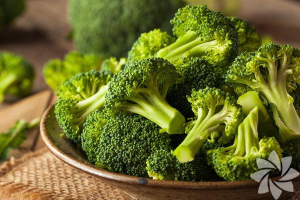 Brokoli Brokoli, karnabahar, havuç ve lahana gibi çoğu sebze yüksek miktarda çözünemeyen lif içerdikleri için yavaş sindirilirler. Bu yüzden yatma saatinize yakın bir zamanda sebze yememeniz daha rahat uyumanız için önemlidir.