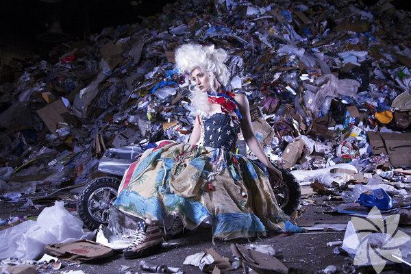 Marina DeBris, çevre kirliliğine dikkat çekmek amacıyla eserlerini atıklardan oluşturan bir sanatçı.