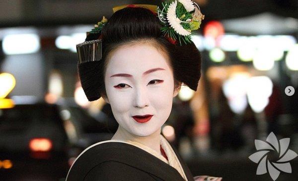 Japonya'da siyah renk kutsallığı ve güzelliği çağrıştırıyordu; bu nedenle evli kadınlar dişlerini siyaha boyarlardı. Zararlı maddelerden oluşan bir çay vardı ve güzel görünmek uğruna bu çayı içerek dişlerinin siyah görünmesini sağlanırdı.
