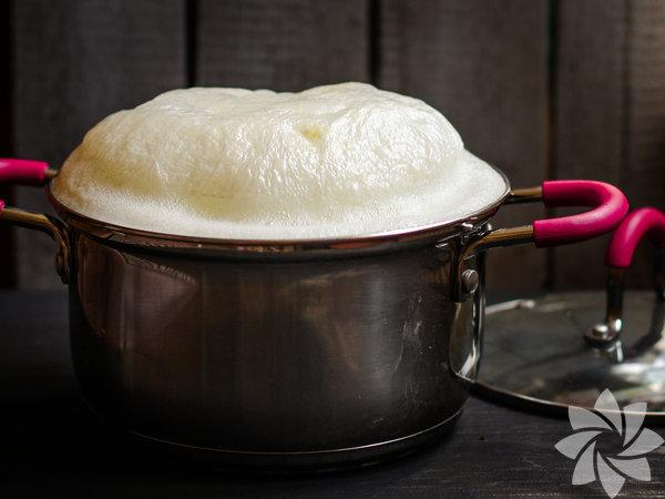 Sütlaç yaparken süt ekşirse kesilir bu nedenle süt süzülür kalanlar kaynatılır ve çökelek yapılabilir.