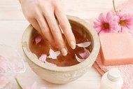 Güçlü tırnaklar için tırnak banyosu