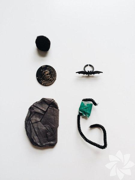 """Fotoğraf sanatçısı Melissa Kaseman oğlu Calder'ın her gün anaokulundan eve geldikten sonra cebinde bulduğu küçük nesnelerle oluşturduğu """"Okul Öncesi Cep Hazineleri"""" sergisine davetlisiniz!"""