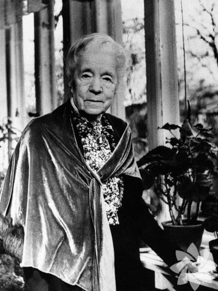 """Selma Lagerlöf – İsveç (1909) Selma Lagerlöf, ödül alan ilk kadın yazardır. """"Nils Holgersson'un Serüvenleri"""" ile ödül kazanan Lagerlöf Efsane ve masalları kullandığı eserleriyle biliniyor."""