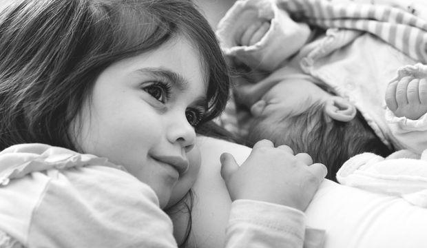 İki çocuklu hayata merhaba: Doğumdan sonraki ilk günleri organize edin