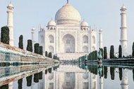Su birikintisinden yansıyan  şehirler