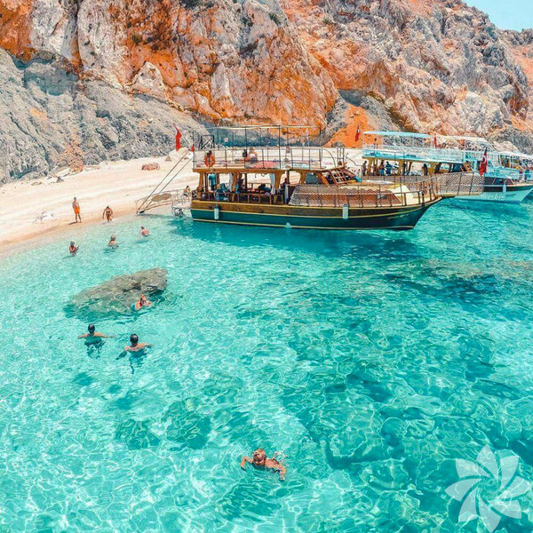 1) Suluada Ülkemizin Maldivler'i olarak nitelendirilen yerlerden biri olan Suluada, Antalya'nın Adrasan mevkiinde yer alıyor. Sosyal medya sayesinde her geçen gün popülerliği artsa da henüz o meşhur tatil beldelerinin kalabalığı buralara uğramadı. Turkuaz renkli suyu ve bembeyaz kumu ile büyüleyici bir güzelliğe sahip olan Suluada, Adrasan'dan kalkan tekne turlarının favori duraklarından biri. Bölgenin denizi ve doğasının güzelliğine ise söyleyecek söz yok.