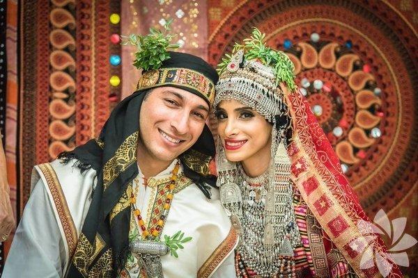 Yemen'de gelinler, düğünlerinde genelde altından yapılmış tören elbiseleri giyiyorlar. Aynı zamanda altından ve gümüşten yapılmış birçok mücevher takıyorlar.  Kaynak:baleqeesofsheba/tumblr