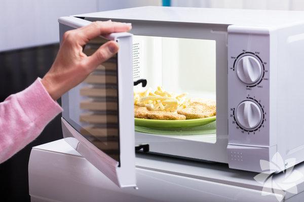 1- Mikrodalga tüyosu Yemeğinizi mikrodalgada eşit bir şekilde ısıtmak için tabağın merkezini boş bırakın ve yemeği tabağın uç kısmını dairesel şekilde paylaştırın.