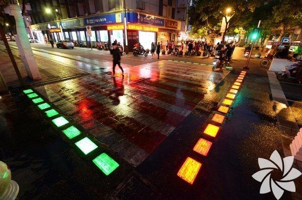 Kötü havalarda ya da gece karanlığında yayalara dikkat çekmek için yerlere yapılmış ışıklar  Kaynak: PDChina / Twitter