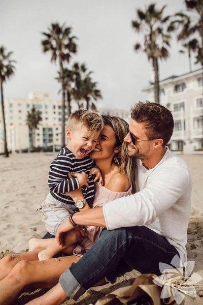 1- Aile bireylerinin ilgi odağı olmak Ailenin hem ilk hem de son göz ağrısı olmak... Anne ve babanın seni mutlu edebilmek için sürekli gözünün içine bakması; oyuncaklara, çikolatalara ve şekerlere boğulmak... İlerleyen yaşlarda da istenilen cep telefonu ve arabaya sahip olmak için babanıza küçük imalarda bulunmanız yeterli!
