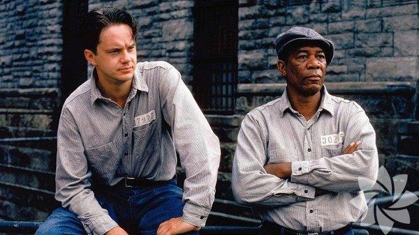 """Esaretin Bedeli (1994) Gelmiş geçmiş en iyi filmlerden biri sayılan Esaretin Bedeli'nin finali aslında ilk başta bu kadar iyimser olmayacak şekilde tasarlanmış. Filmin sonunda seyircinin kafasında """"Acaba Red parmaklıklar ardında bu kadar yıl geçirdikten sonra özgürlüğe alışabilecek mi?"""" sorusunu uyandırmayı hedeflemişler. Fakat test gösteriminde seyirciler bu kadar kötümser bir finale tepki göstermişler. Yönetmen de finali değiştirme kararı alarak Red ve Andy'nin yıllar sonra buluştuğu bir sahne eklemişler."""