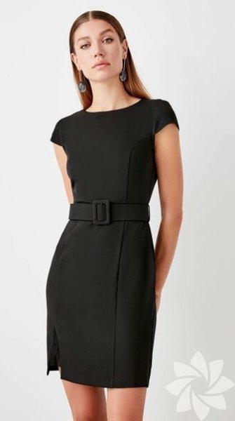 Siyah küçük elbise Sizi her durumda kurtarabilen bu elbiselerden bir tane edinmeniz şart.  Trendyolmilla 89,99 TL