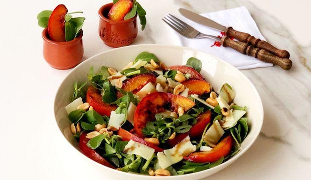Nektarinli semizotu salatası