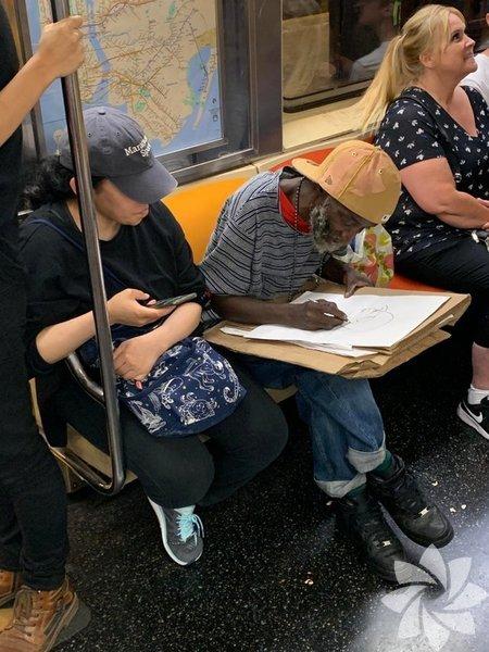 Metroda insanların portresini çizip onlara ne kadar güzel olduklarını söyleyen bu kişi sizin de içinizi ısıtmadı mı?