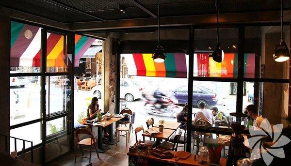 Deli No:14 Kaliteli ve sağlıklı yemek anlayışıyla yola çıkan bu mekanda her şey el yapımı. Mevsime göre değişen menüsü ve zeytinyağlı seçeneklerinin olması da oldukça güzel. Kahvaltıdan akşam yemeğine her öğünü bulabileceğiniz mekanın en sevilen lezzetleri arasında çıtır hindi ve vegan burger yer alıyor. Adres: Caferağa Mahallesi, Arayıcıbaşı Sokak, No10/A, Kadıköy, İstanbul