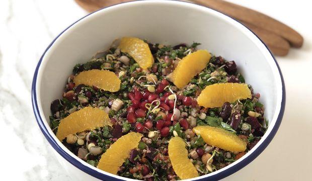 Tahıllı meyveli kinoa salatası